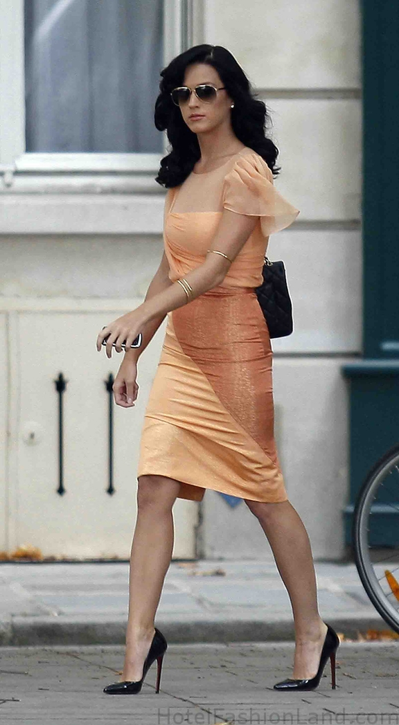 KATY PERRY ON THE MOVE IN PARIS